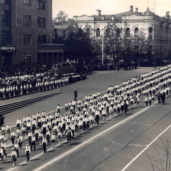 Парад пионеров на Советской площади